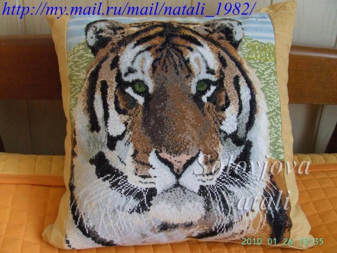 Вышивка подушек с тиграми